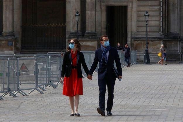 Les amoureux masqués du Louvre, 11 juin 2020.