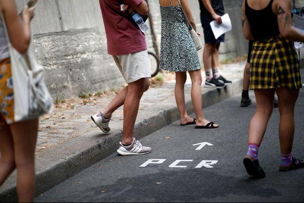 Des personnes dans l'attente de passer un test PCR, à Paris, le 8 août.