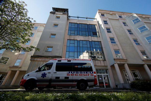 Le 25 mars, devant un Ehpad parisien où 16 résidents sont décédés et 81 ont été infectés.