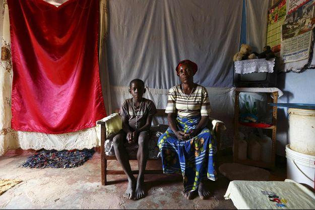 Justina Kabuli et son fils de 12 ans, Andrew, tous deux séropositifs, et bénéficiaires d'un programme de soins à domicile, au village de Chiyobola, dans le sud de la Zambie, le 21 février 2015.