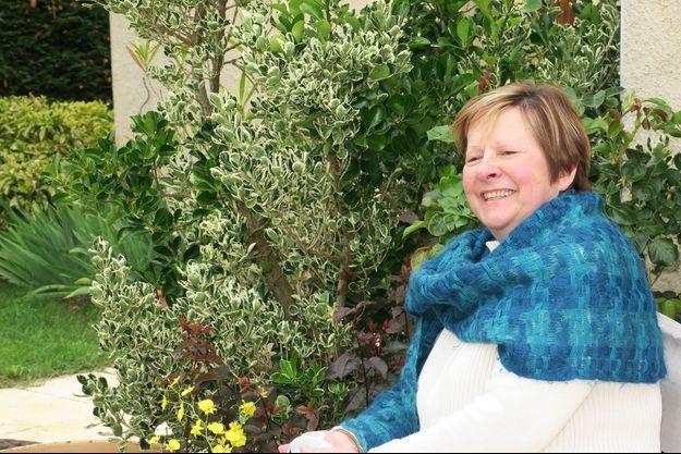 Dans son jardin, Annie-Claude Nakau, atteinte du syndrome de Benson, une maladie apparentée à l'Alzheimer.