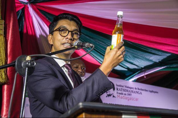 A Madagascar, le 20 avril. Le président Andry Rajoelina lance officiellement le Covid Organics, un prétendu remède préventif et curatif contre la Covid-19.