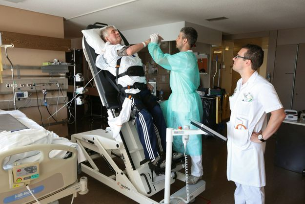 Ce nouveau robot permet de stimuler les fonctions d'éveil. Alexandre est soigné par Serge Duflon, physiothérapeute, sous le regard du coordinateur, Loric Berney.
