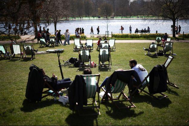 Des Londoniens profitent du soleil printanier à Hyde Park, le 4 avril.