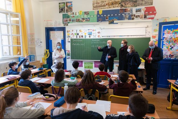 Le ministre de l'Education nationale Jean-Michel Blanquer en visite dans une école, le 18 mars, à Paris.