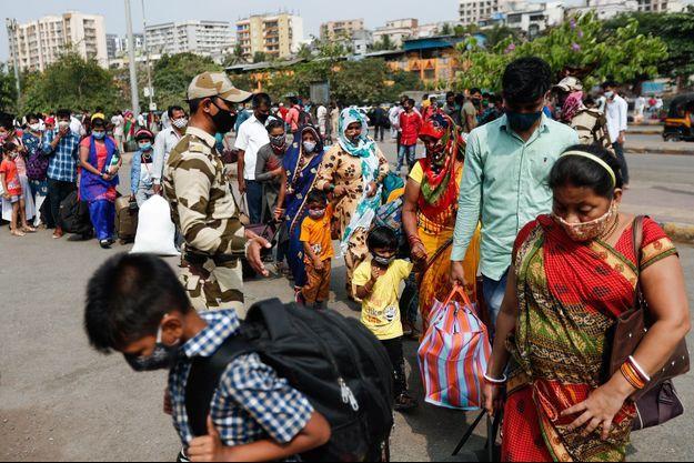 File d'attente devant un vaccinodrome à Bombay, en Inde.