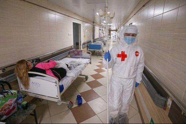 Des patients alités dans un couloir dans un hôpital de Saint-Pétersbourg.