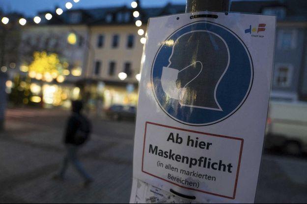 Une affiche qui incite les passants à porter le masque, à Hof, en Bavière (Allemagne).