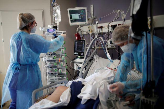 Un malade du Covid-19 en service de soins intensifs à l'hôpital de Melun-Senart, le 8 mars 2021.