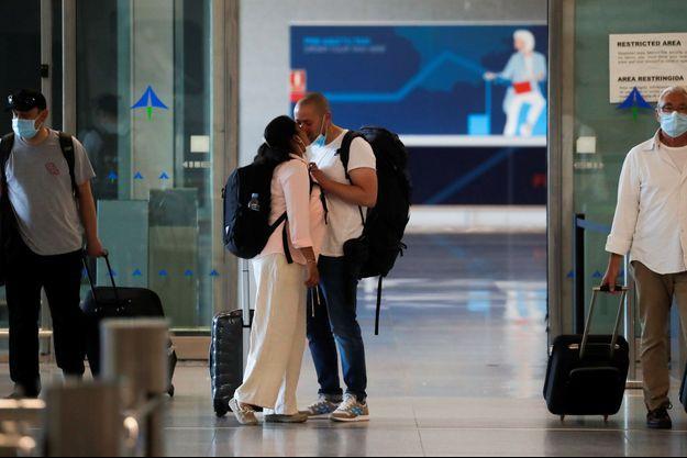 Des touristes à l'aéroport de Malaga, en Espagne.