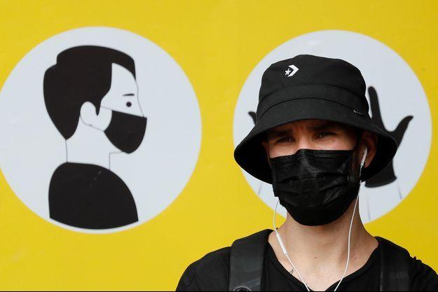 Une personne avec un masque, en Ukraine, le 30 juillet.