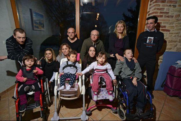 Les parents des 5 familles qui incriminent les vaccins dans le handicap de leur enfant. Les enfants, de g. à d.: Naomie, Lolita, Lucia, et Terry. Nello, hospitalisé ce jour-là, n'apparaît pas sur la photo.