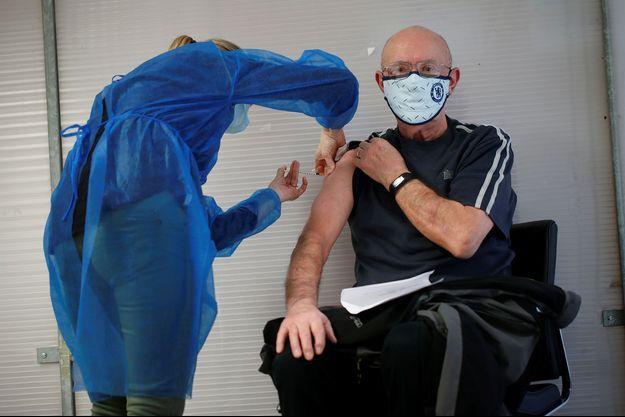 Un patient reçoit le vaccin Pfizer.