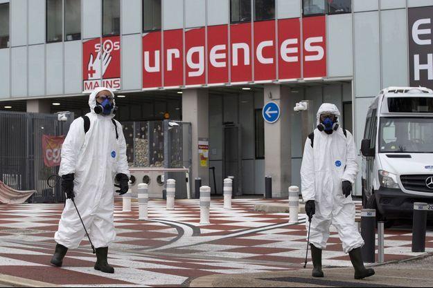 A Nice, des équipes de propreté vaporisent dehors un produit désinfectant a base de javel.