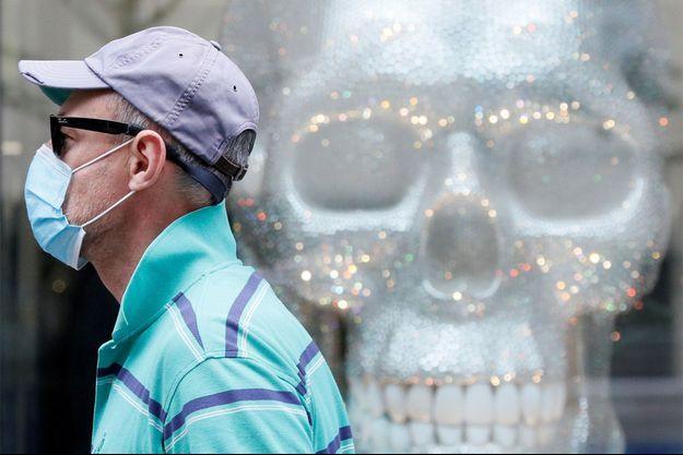 Un homme portant un masque marche en Ukraine.