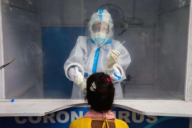 Un laboratoire de fortune pour dépister les patients, à Calcutta, en Inde.