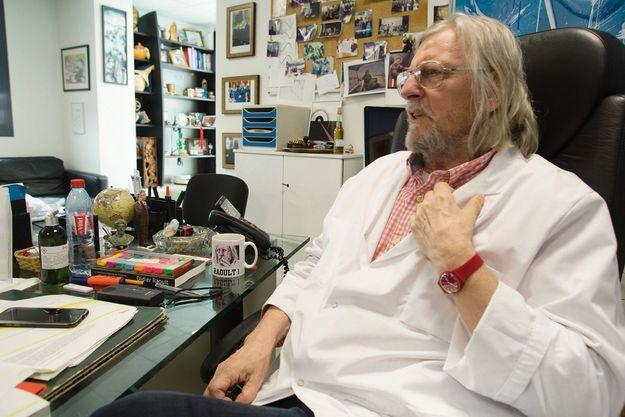 Didier Raoult, 68 ans, dans son bureau de directeur général de l'IHU.
