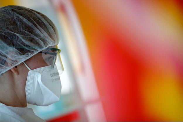 Une infirmière dans le service où sont soignés les patients malades du coronavirus, à Vannes, en Bretagne.