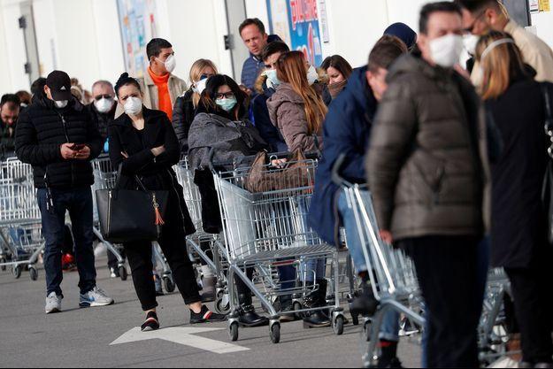 Des Italiens se préparent à la mise en quarantaine de certaines villes.