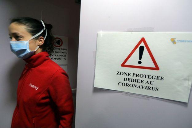 """Un panneau indiquant """"zone protégée dédiée aux coronavirus"""" est affiché à l'hôpital pédiatrique Lenval de Nice."""