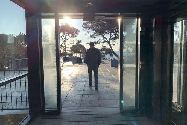 Un homme marche à l'hôtel-club Vacanciel, à Carry-le-Rouet, le 31 janvier.