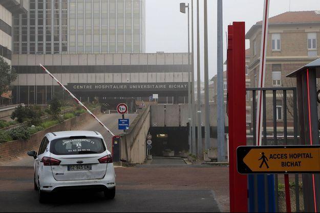 Devant l'hôpital Bichat, à Paris, samedi. C'est là que sont traités les deux patients parisiens.