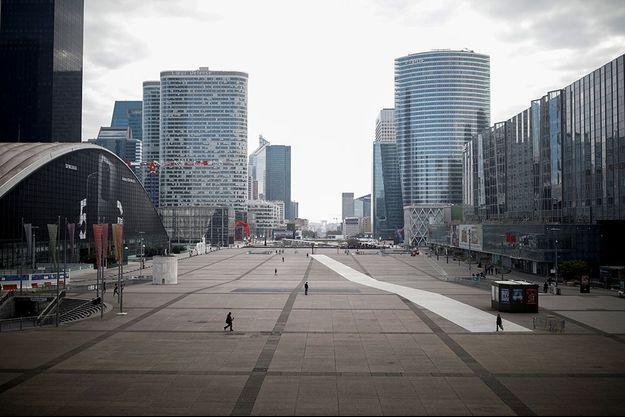 Vue sur le quartier de La Défense, complètement désert.