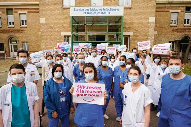 Un même message pour le personnel soignant et non soignant du service des maladies tropicales et infectieuses de l'hôpital Bichat, à Paris, le 20 mars.