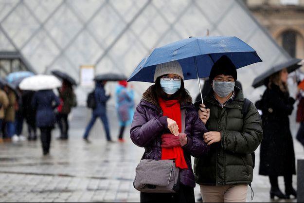 Des touristes devant le Louvre, fermé, lundi.