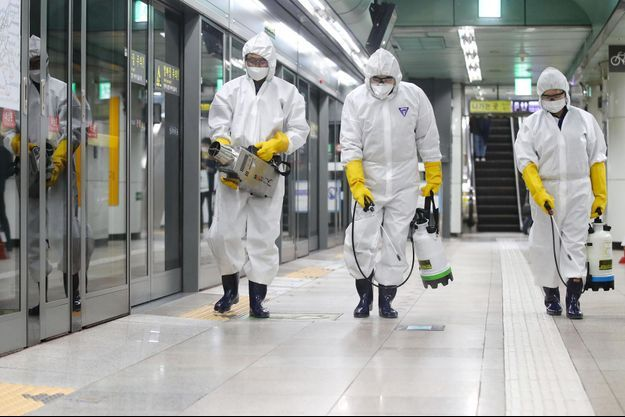 Ici, nettoyage d'une station de métro à Séoul.