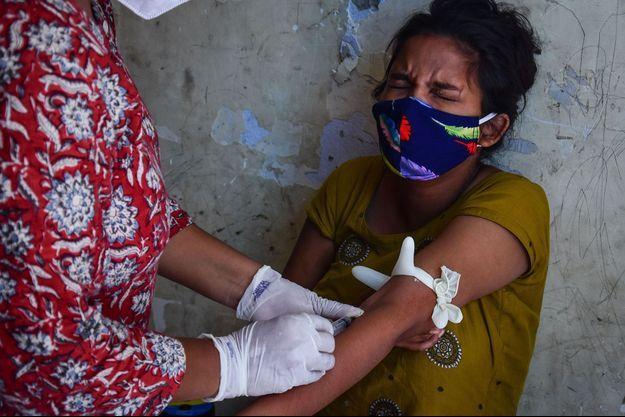 Prise de sang sur une enfant à New Delhi, Inde.