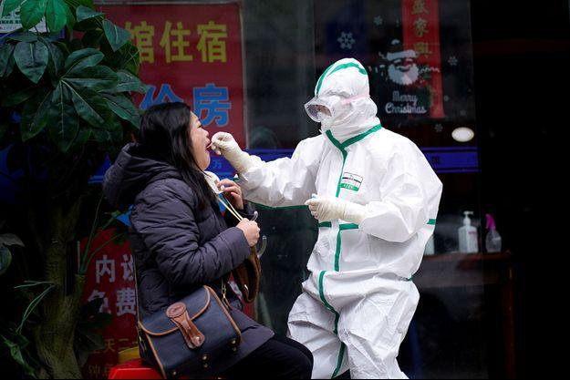 Photo d'illustration d'une femme testée pour le coronavirus à Wuhan, en Chine.