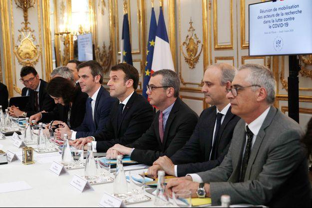Emmanuel Macron et Olivier Véran jeudi lors d'une réunion à l'Elysée consacrée au coronavirus.