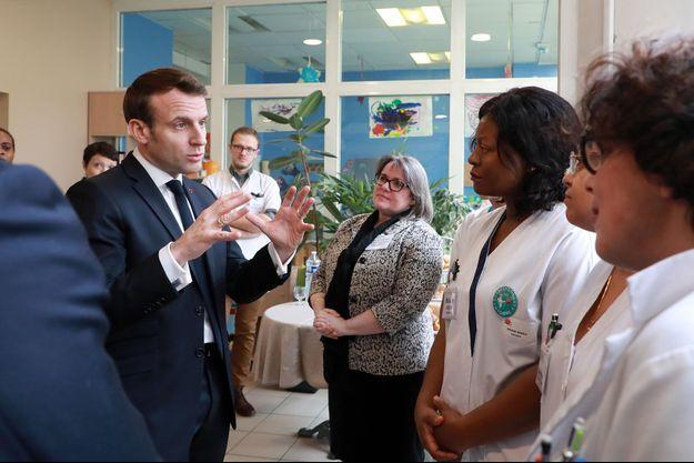 Emmanuel Macron à l'établissement d'hébergement pour personnes âgées dépendantes (Ehpad) Péan, dans le XIIIe arrondissement