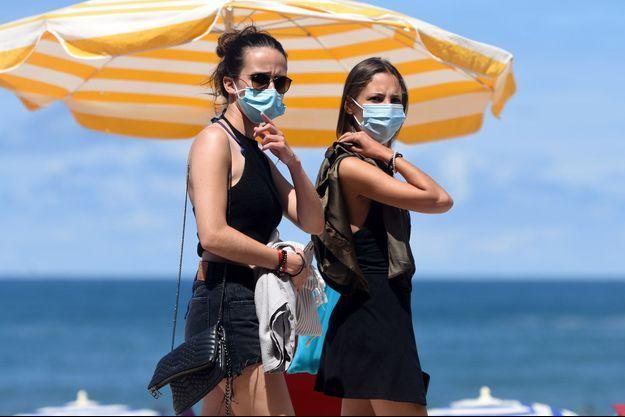 Des touristes à Biarritz où le masque est obligatoire en ville.