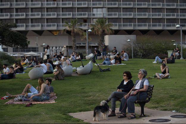 Des personnes à Tel Aviv non masquées profitent d'une journée le 18 avril 2021