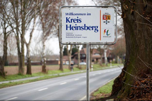 À l'entrée de la ville d'Heinsberg en Allemagne, où quatre enfants d'une école maternelle ont été contaminés par le coronavirus.