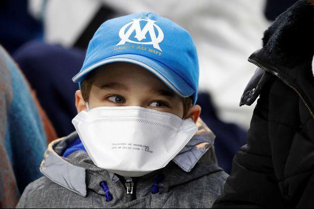 Jeune supporter de l'OM portant un masque lors de Marseille-Amiens (photo d'illustration).