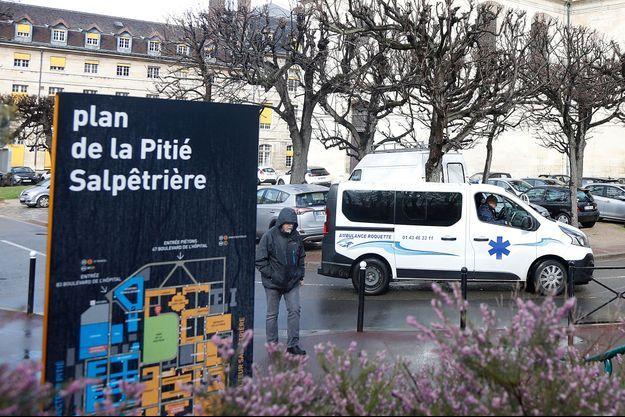 Devant l'hôpital de la Pitié-Salpêtrière, à Paris.
