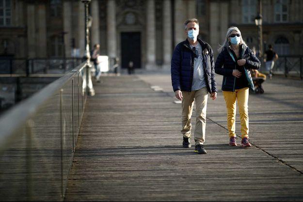 Des promeneurs à Paris, le 2 mai.