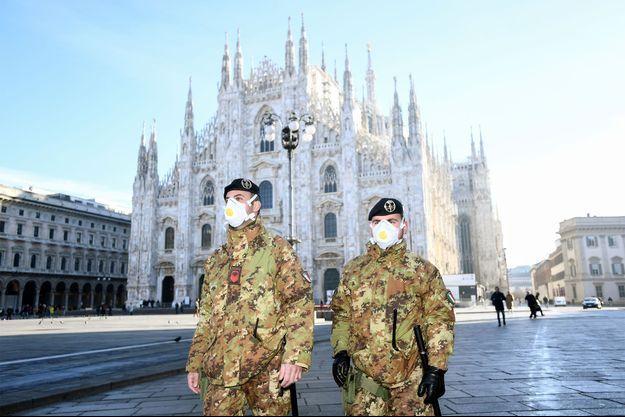 Des militaires portent un masque à Milan, en Italie.