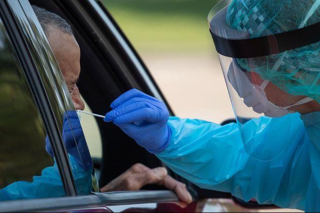 Un homme testé pour le coronavirus, au Texas.