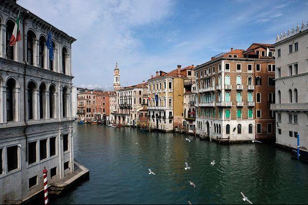 La cité de Venise ressemble à une ville fantôme.