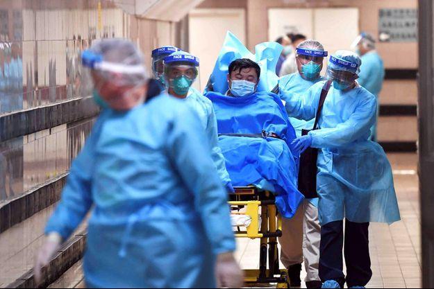 Des médecins transportent un patient dans un hôpital de Hong Kong le 22 janvier 2020.