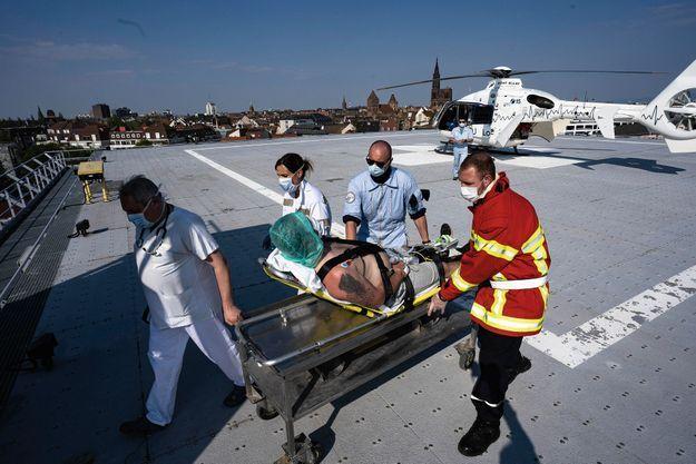 Souffrant de douleurs thoraciques, ce patient a été transporté par hélicoptère du Samu au Nouvel Hôpital civil (NHC).