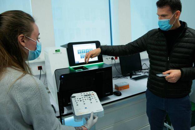 A Paris. L'un des séquenceurs de l'Institut Pasteur, où 1000 séquençages sont réalisés chaque semaine.