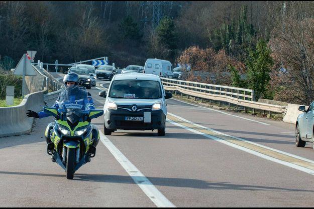 Au rond-point de Plombières-lès-Dijon le 26 décembre. Dans ce véhicule, 6 flacons de 5 doses.