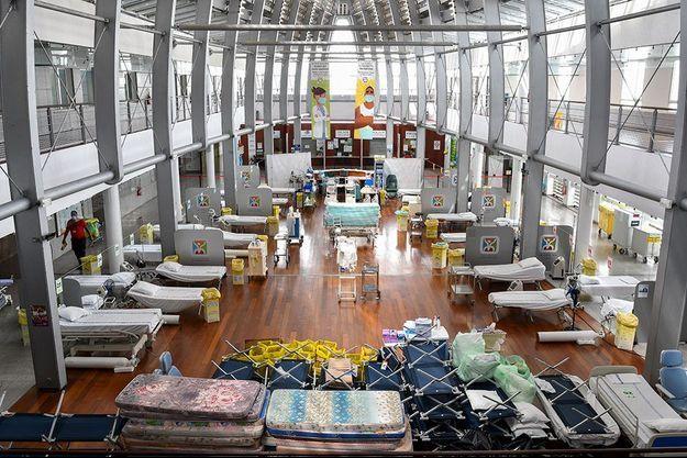 Le hall de l'hôpital de Papeete a été transformé en chambre commune.