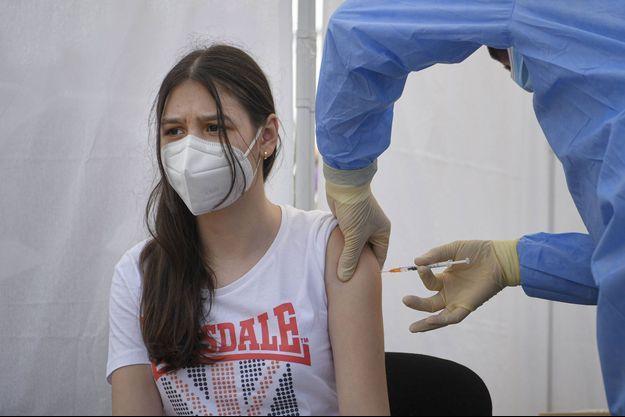 Une adolescente vaccinée à Bucarest, en Roumanie.