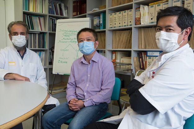 Laurent Chu et ceux qu'il nomme ses « sauveurs » : Denis Malvy et le docteur Duc Nguyen. Il est sorti guéri, après 22 jours d'hospitalisation